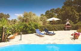 Sonnenterrasse und Grillplatz am Pool