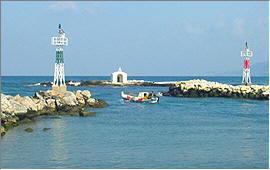 Georgioupolis: Ein Fischerboot verlässt den Hafen