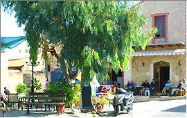 Prines: Dorfplatz vor der Taverna Giannikos